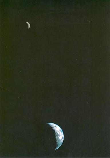 Primera imagen de la Tierra y la Luna tomada desde la Voyager 1
