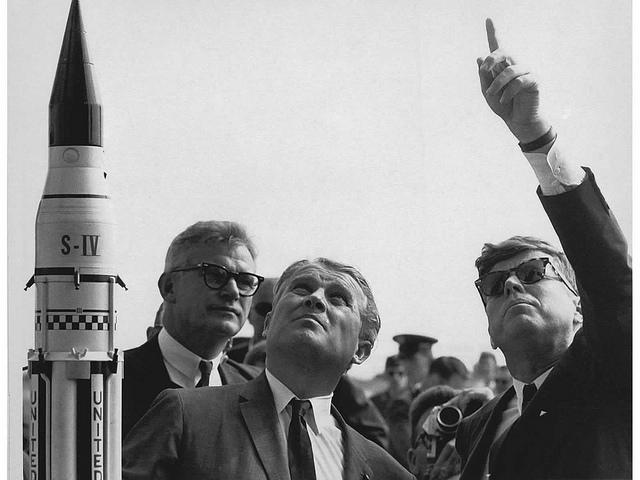 foto ¿De qué es esta foto?  Un título y una descripción pueden proporcionar detalles elementales acerca de esta foto. NASA Deputy Administrator Robert Seamans, von Braun and President Kennedy at Cape Canaveral