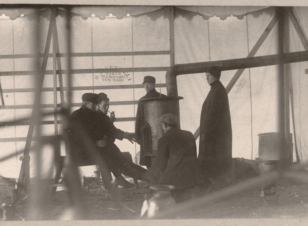 Científicos trabajando en experimentos de vuelo en Nueva Escocia (Canadá), 1904