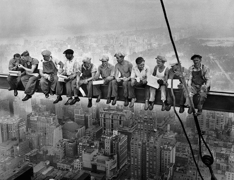 Almuerzo encima de un rascacielos