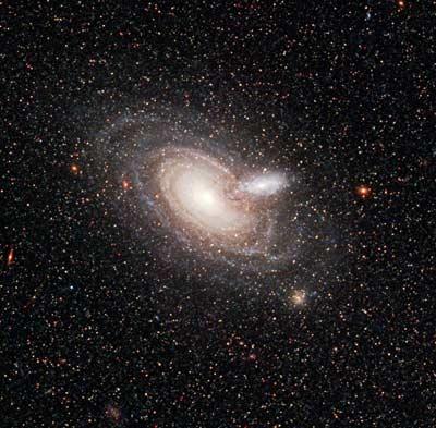 Rara alineación entre dos galaxias espirales catalogada 2MASX J00482185-2507365