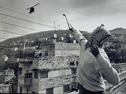 Palestino enfrentándose a un helicóptero israelí