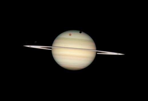Saturno y cuatro de sus lunas