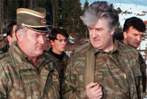 Ratko Mladić (izq) junto a Radovan Karadžić (drcha)